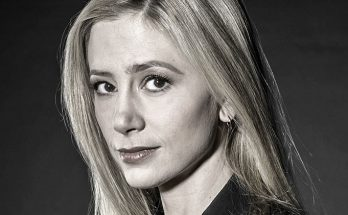 Close up Mira Sorvino with black background